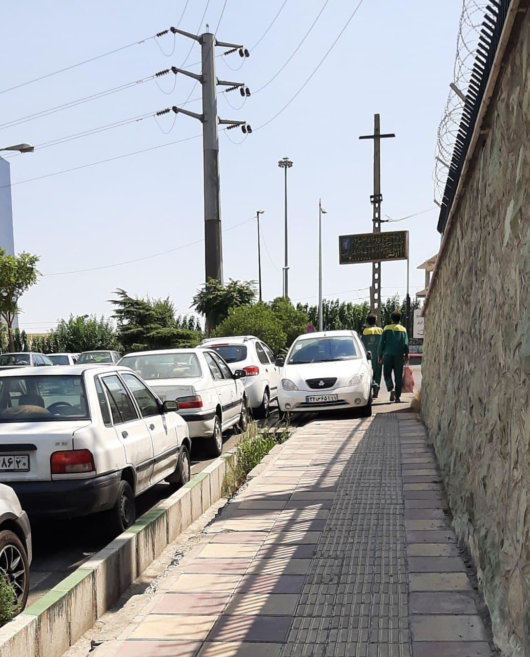 پارک خودرو در پیاده رو