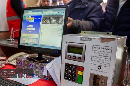حضور مردم برای حذف رمز و اصلاح کارت سوخت - قم