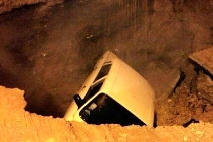 گزارش تصویری / فرو رفتن خودروها در خیابان های کرمان!