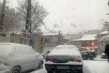 فیلم | برف بزرگراه یادگار امام را بست