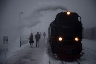 عکس/ قطار در ایستگاه برفی