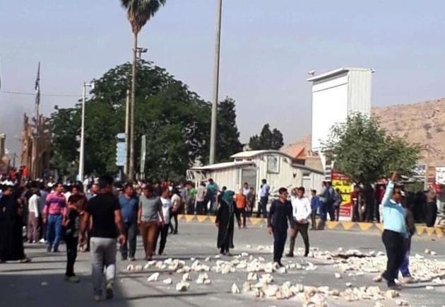 شب گذشته معترضین جاده قائمیه-کازرون را بستند