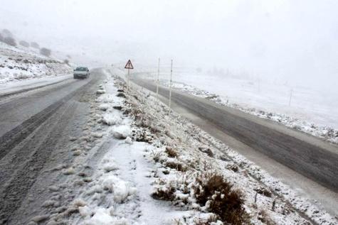 بارش برف در جاده کندوان / رانندگان با احتیاط رانندگی کنند