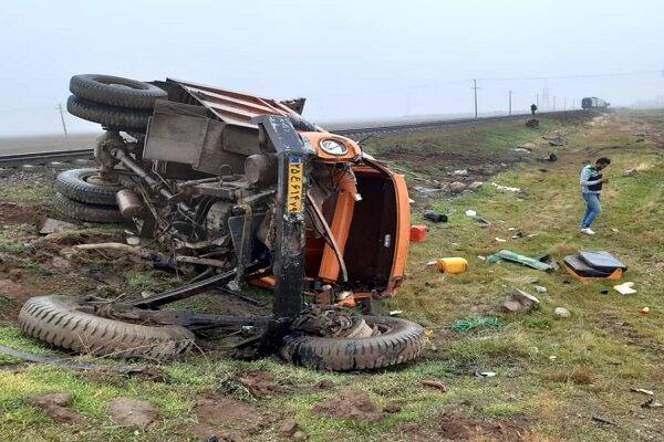 تصادف تریلی با قطار تهران-رشت/ راننده کامیون کشته شد