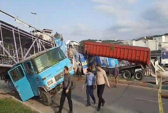 فیلم| سقوط پل عابر روی مینیبوس