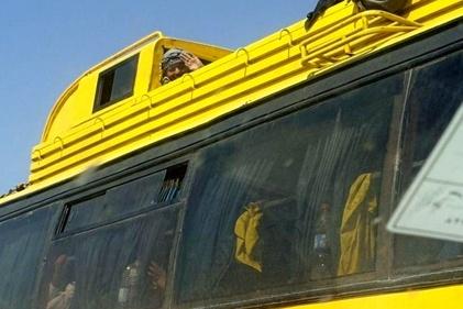 نشستن مسافران روی سقف اتوبوس اصفهان-کاشان + عکس