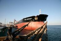 پهلوگیری نفتکشهای غول پیکر در اسکله آذرپاد پایانه نفتی خارگ
