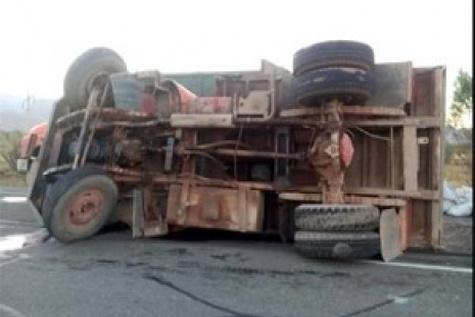 واژگونی کامیونت حامل لبنیات در بزرگراه چمران