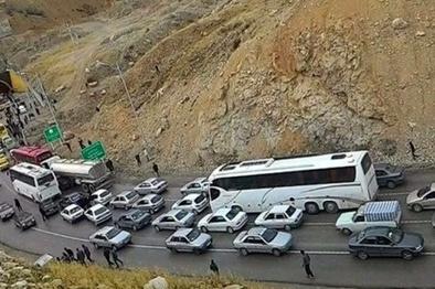 ترافیک نیمه سنگین در آزادراه کرج-تهران/ بارش برف و باران در جادههای ۱۱ استان کشور