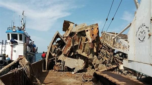 خارج سازی شناور مغروقه «تنگسیر» از عمق ۱۷ متری خلیج فارس