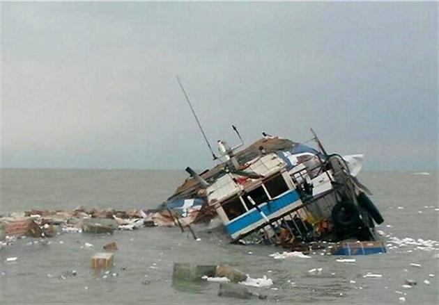 سرنشینان یک لنج باری غرق شده نجات یافتند