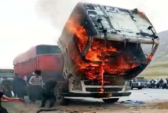 آتش سوزی در کامیون حامل علوفه خشک