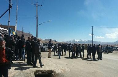 (فیلم) توضیحات فرماندار سمیرم در میان تجمعکنندگان مقابل بخشداری دنا