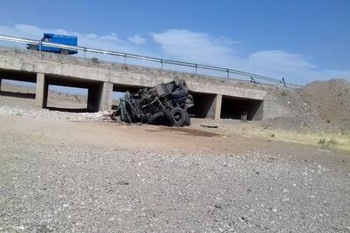 سقوط کامیون از  روی پل+ عکس
