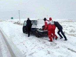مسافران سبزوار در برف و کولاک گرفتار شدند