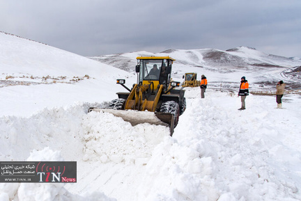 تلاش راهداران برای بازگشایی جادهها در استان آذربایجان غربی