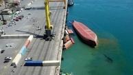 انتقال ۱۱ کانتینر کشتی واژگون شده از دریا به محوطه بندری