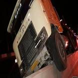 برخورد کامیون تریلی با دیواره بتونی خط ویژه