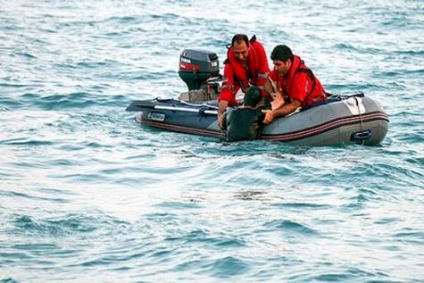 نجات سرنشینان قایق موتوری سانحه دیده در دهانه تنگه هرمز