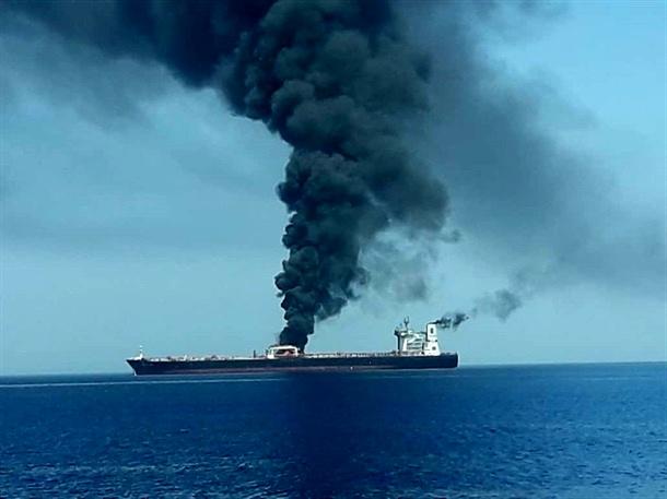 انفجار نفتکشها در دریای عمان/ ۴۴ ملوان در جاسک هستند