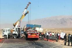 کمک مردم نورآباد به راننده تریلی حادثه دیده را ببینید