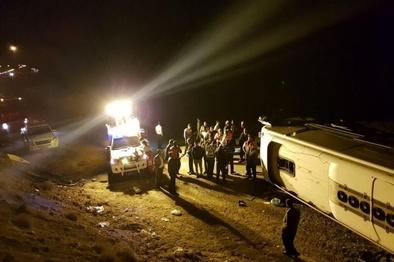 اتوبوسی با ۵ سرنشین در یزد واژگون شد