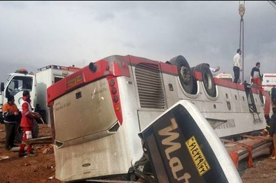 واژگونی اتوبوس با ۳ کشته و ۱۳ مجروح در قم