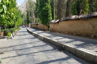 لبههای دیوارهای خیابان شهید احمدپور درکه؛ تهدیدی برای عابران پیاده