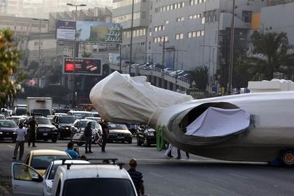 عکس/ حمل مجسمه راهب مسیحی از بزرگراه