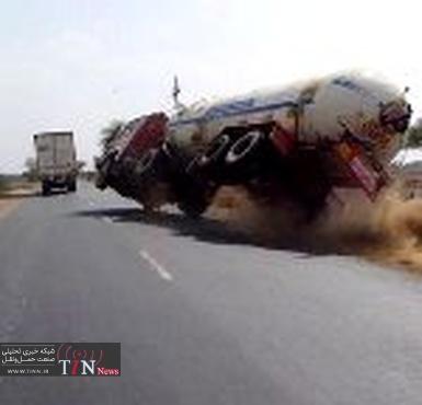 واژگونی ۲ دستگاه تریلی عراقی محیط زیست پلدختر را آلوده کرد