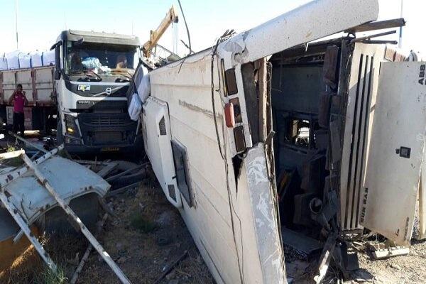 نقص فنی ترمز، علت تصادف صبح امروز اتوبوس با تریلی