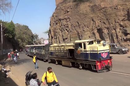 حرکت قطار در جادههای هند با مسافران آویزان از کوپهها!