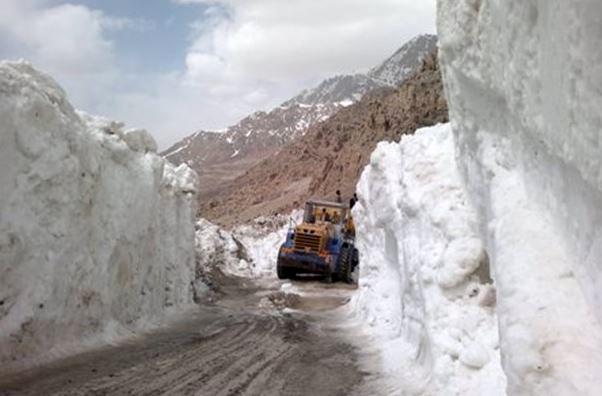 بارش برف و باران در محورهای ۱۶ استان/تردد در جادههای کوهستانی با زنجیر چرخ