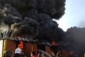 عکس  نگاه آتش نشان به خودروی سوخته آتش نشانی!