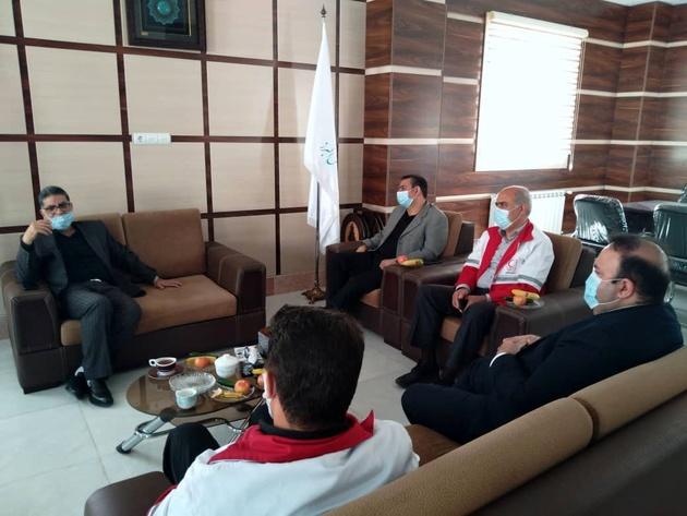 کمک رئیس دانشگاه البرز آبیک به جمعیت هلال احمر