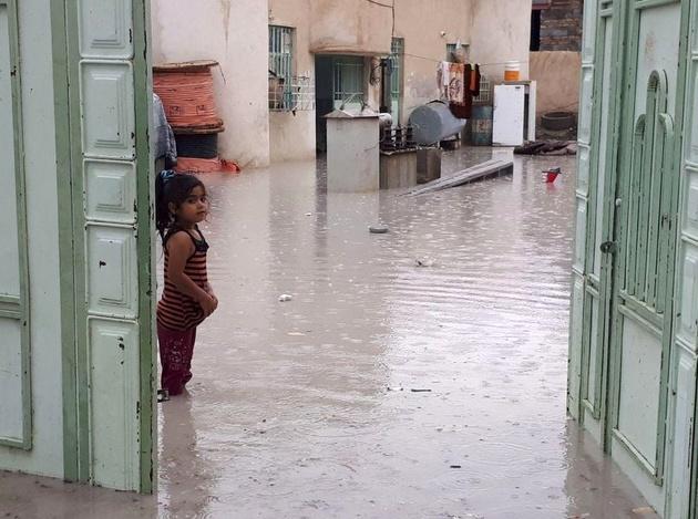 زنجیره انسانی مردم سیستان و بلوچستان برای کمک به سیلزدگان را ببینید