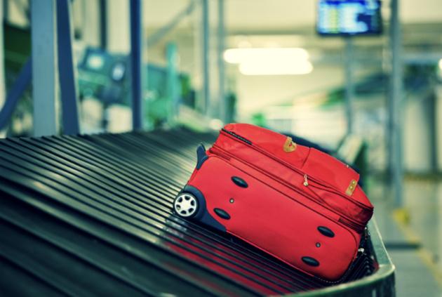 سرقت از چمدان مسافران توسط کارمند فرودگاه