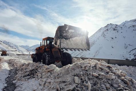 تصاویر  عملیات بازگشایی جاده پیست اسکی تاریک دره همدان