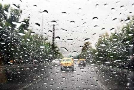 بارش باران و مه گرفتگی در برخی از جاده ها
