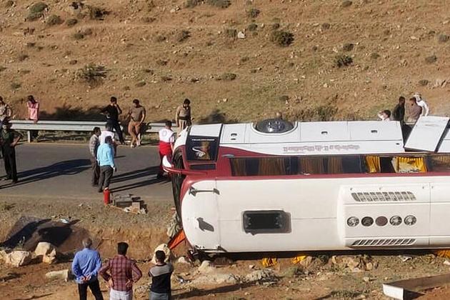 دستور وزیر راه برای بررسی سانحه واژگونی اتوبوس خبرنگاران
