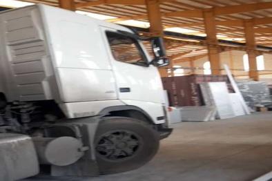 فیلم| سرقت کامیون از داخل پایانه بار اصفهان؛ خروج خودروی سرقتی از در ورودی!