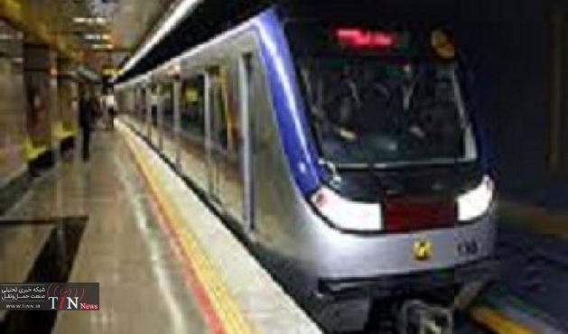 مسافران گرمسار به تهران سوار مترو می شوند