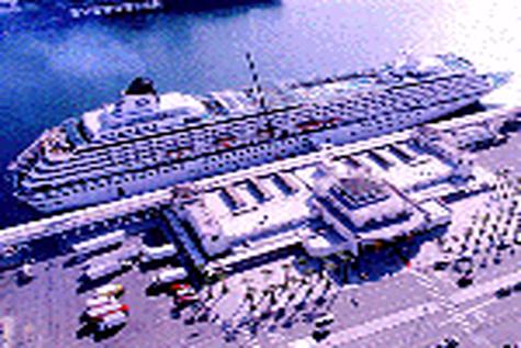 """کشتی """" """" HANBADA سفر دریایی جاده ابریشم در بندر شهید باهنر پهلو گرفت"""