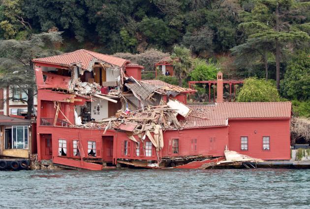 برخورد کشتی یونانی با رستوران ساحلی در تنگه بُسفُر