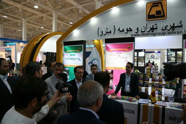 دیدار وزیر راه و شهرسازی در بازدید از غرفه شرکت راه آهن شهری تهران