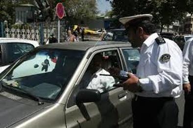 عکس| بی توجهی به آیین نامه راهنمایی و رانندگی و توقف در پیاده رو