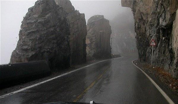 بارش برف و باران در جاده های ۱۳ استان