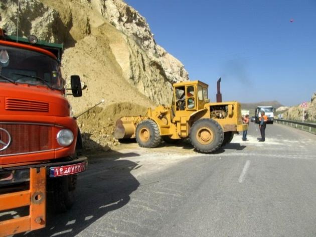 تسطیح و تیغهزنی 11 کیلومتر راههای خاکی حوزه استحفاظی شهرستان آوج