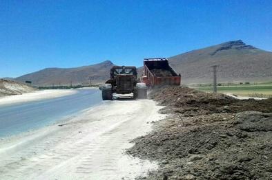 انجام عملیات اصلاح شیب شیروانی تقاطع قلعه پسیجان شهرستان شازند