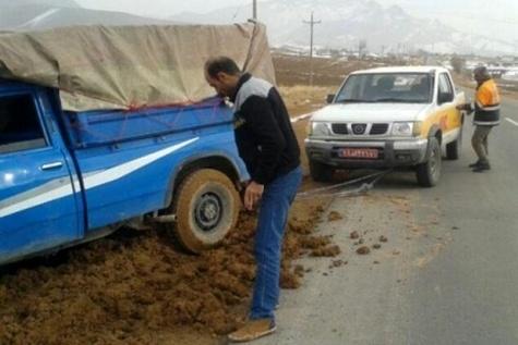 آزادسازی ماشین های گرفتار در گل و لای توسط راهداران شهرستان اردل